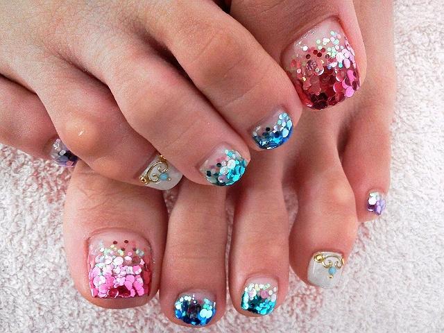 Ногти с блестками на ногах